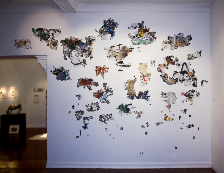Extrapolación , 2010, capas de pintura recolectadas y consolidadas sobre muro, medidas variables.
