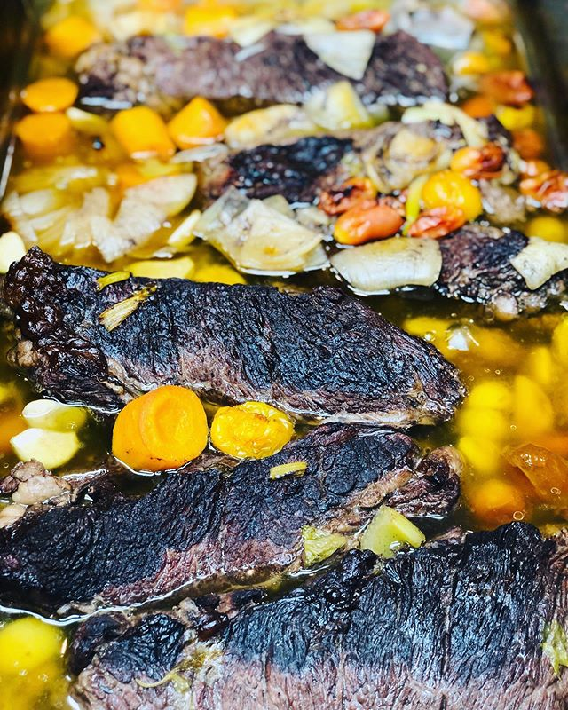 @2springstreet showed you the finished product for the Pot de Feu now let me show you the cooking process!  Braised the short rib in mire poix, thyme & red wine aromatic. Remember to cool the rib in the braising liquid to keep It nice and juicy!