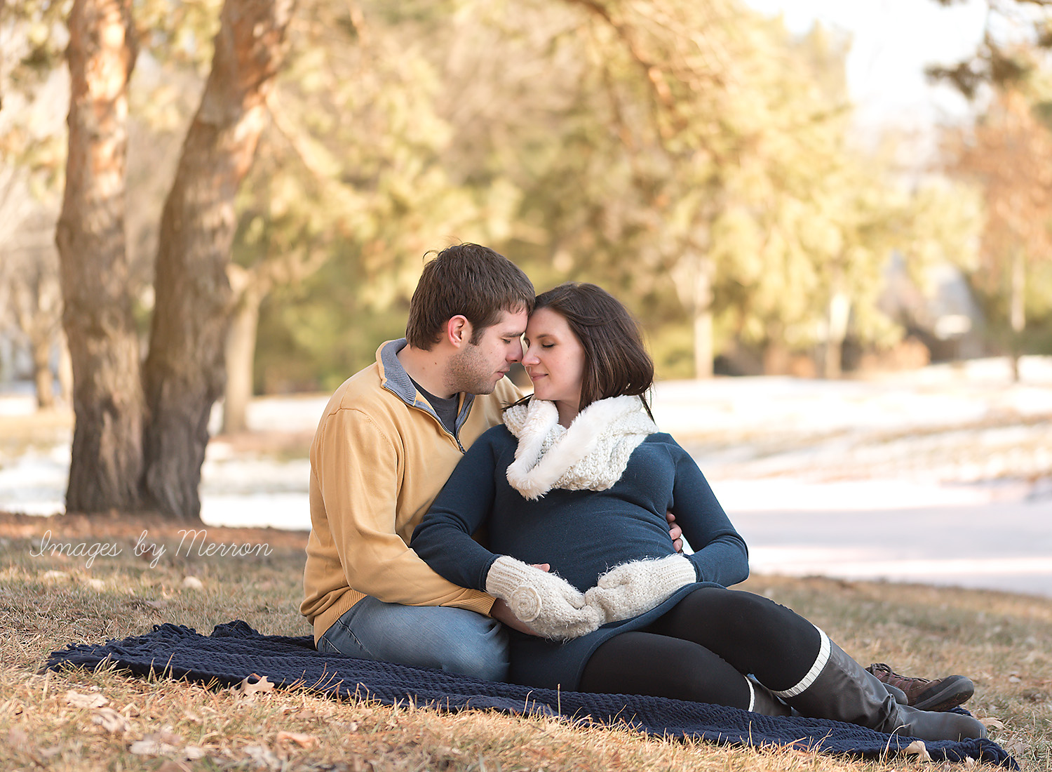 Pregnant mom and dad-to-be posing for photo shoot in Johnston, Iowa