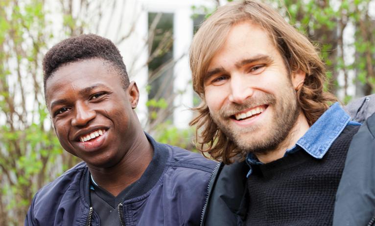 Eliaz hat in den USA Menschen auf den Einbürgerungstest vorbereitet - dann kam er nach Berlin und wollte jungen Geflüchteten helfen. Nun bereitet er Adamou aus Burkina Faso auf seine Zukunft in Deutschland vor.