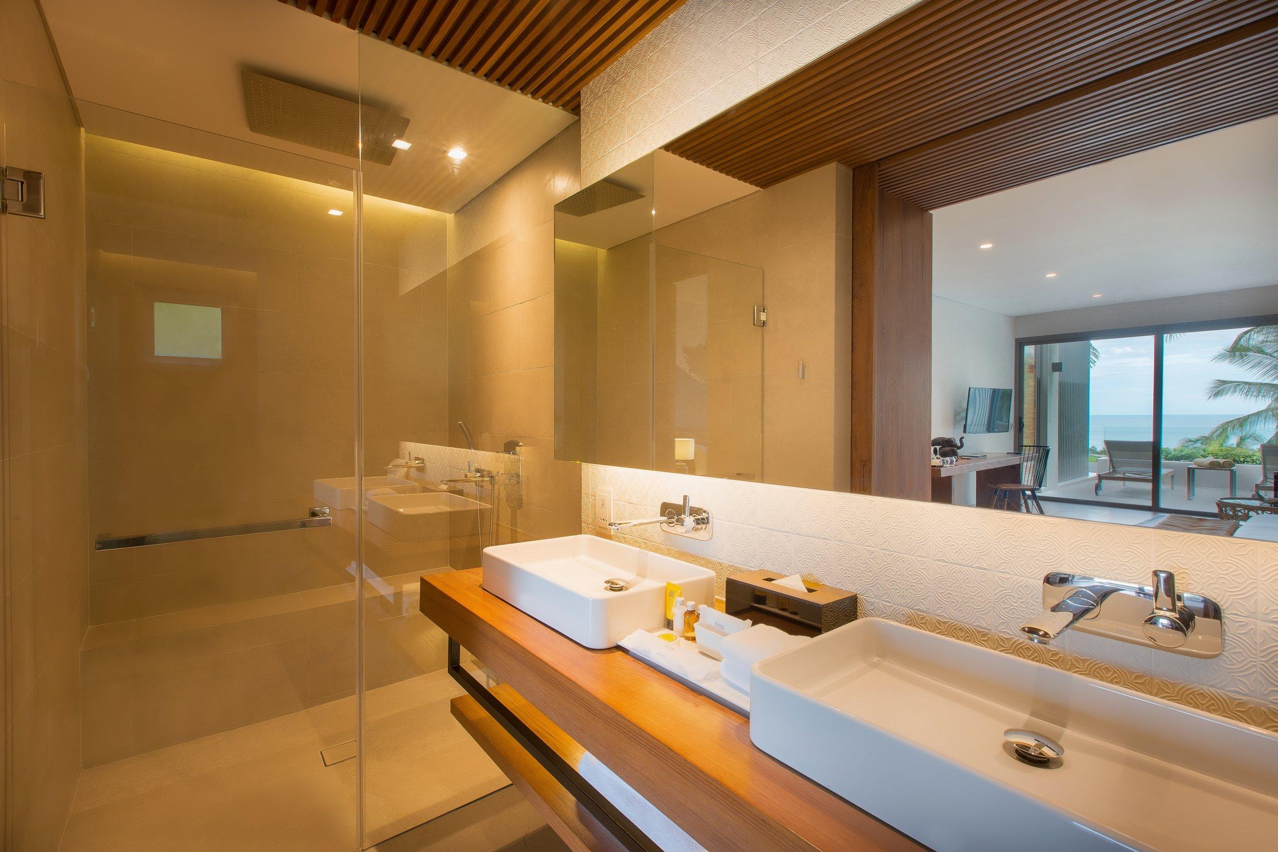 batch_Deluxe Room Bathroom.jpg