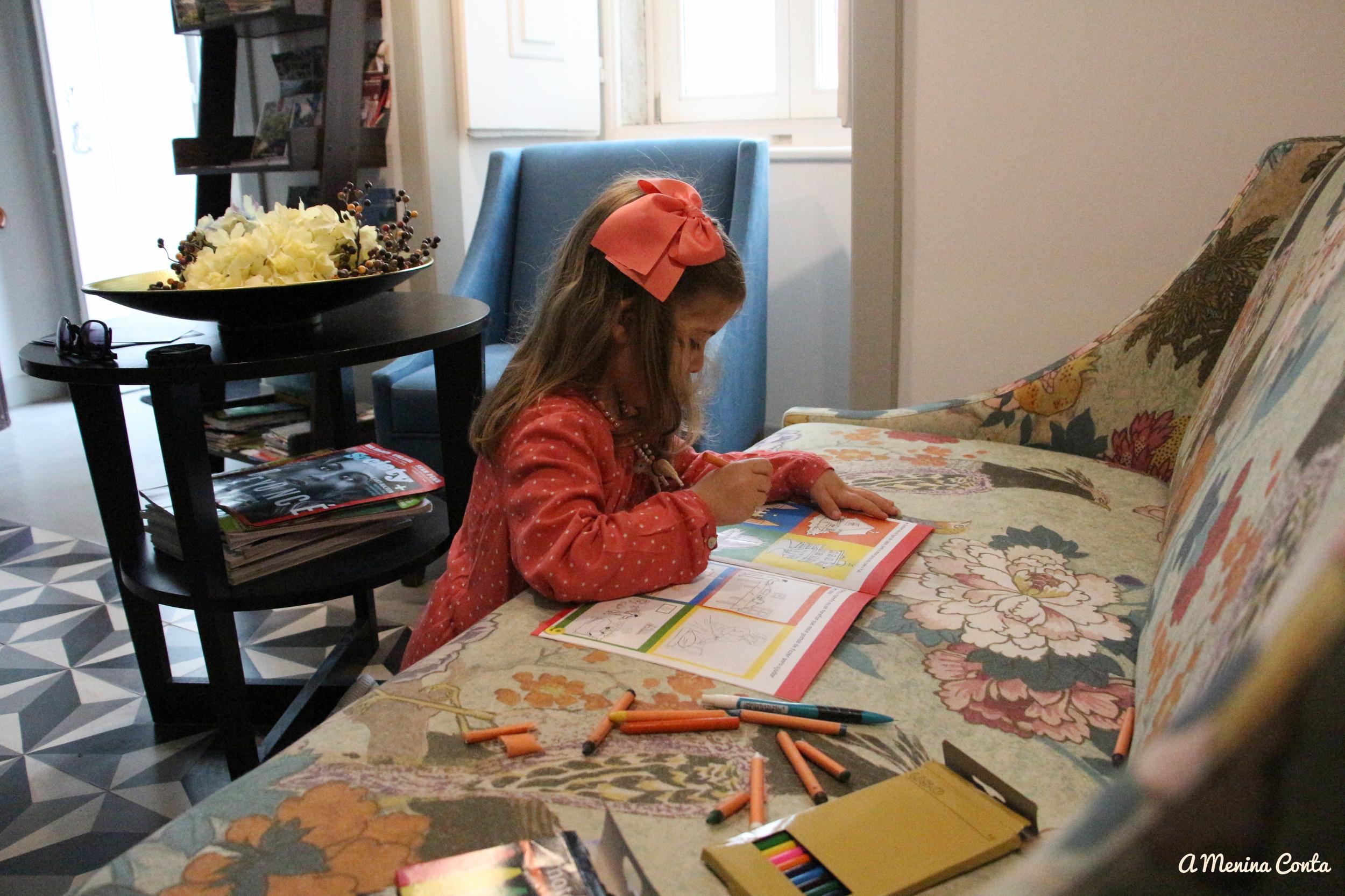 As crianças são mimadas com livros para pintar, lápis, canetas,... e