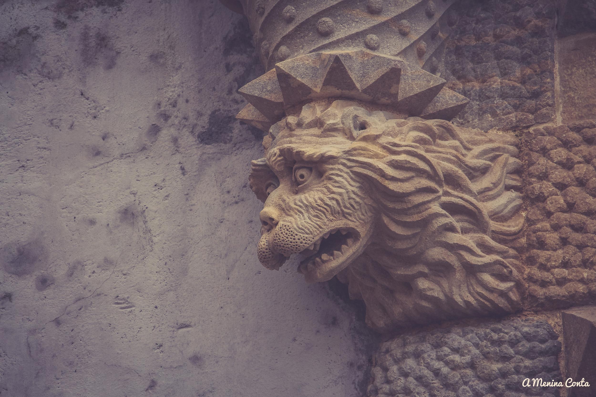 Segundo a Menina, Cédric, o Feiticeiro dos desenhos animados Princesa Sofia (Disney)transformou os dragões em pedra...