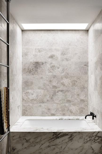 Kalkstens klädda väggar och golv. Inbyggt badkar i marmor Andersson Street, South Yarra, Australien. Travis Walton Architecture