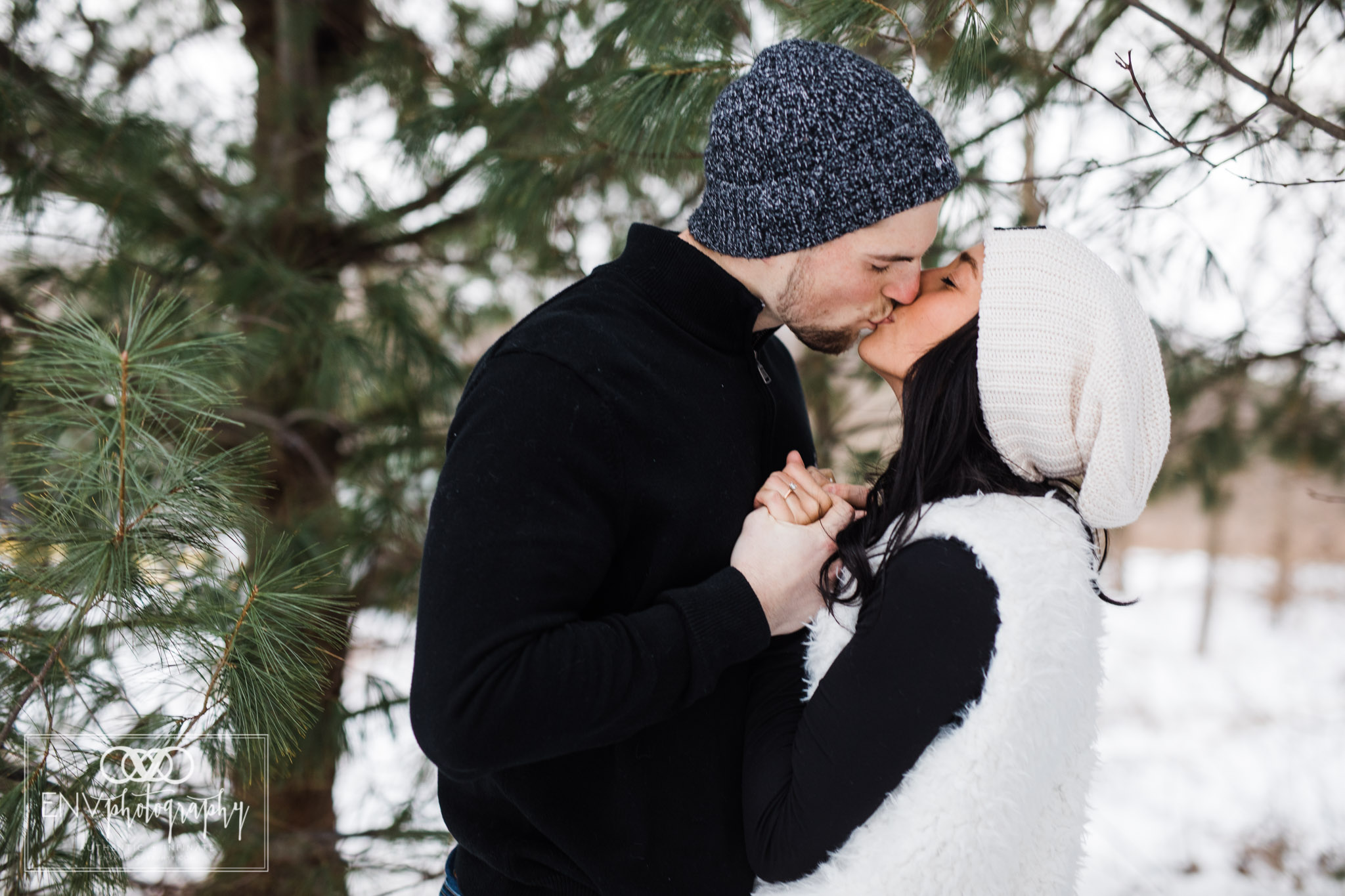columbus ohio mount vernon ohio winter snowy family engagement photography (9).jpg