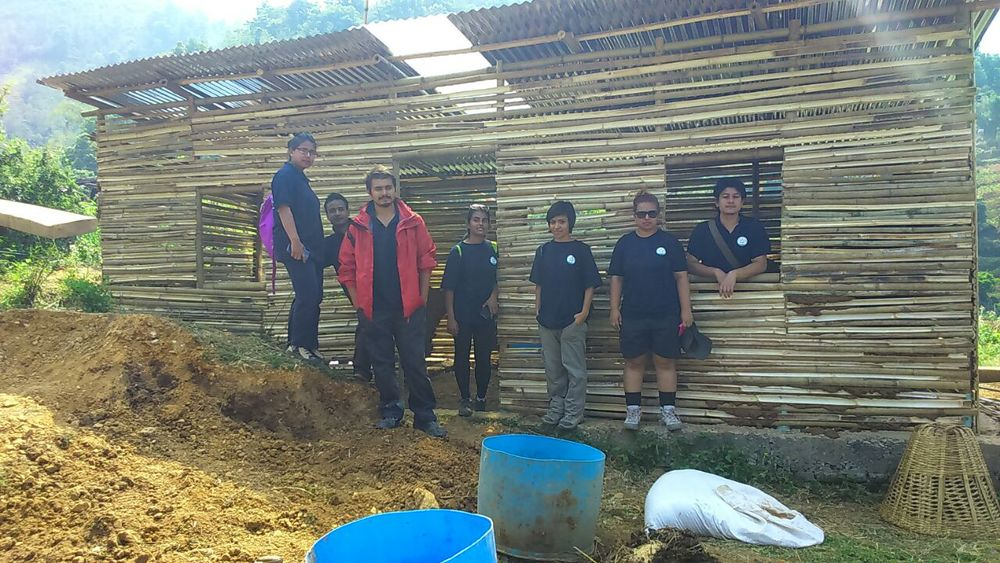 Volunteering and Trainning to build bamboo houses