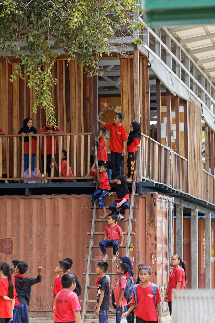 resized20_Architecture-BRIO_Etania_Matakana Learning Centre_901_Kids around ladder and corridor.jpg