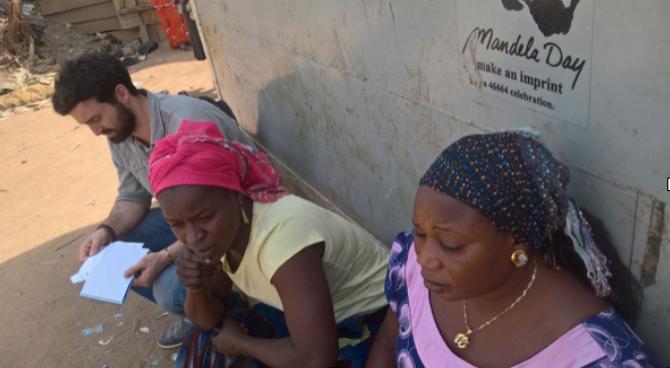 ELIZABETH, LA MADRE QUE ESTA RECONSTRUYENDO SU VIDA PARA QUE SUS HIJOS VAYAN A LA ESCUELA   Elizabeth se crió en Goza, en el estado de Borno, y vivía allí con su marido y sus seis hijos. En Goza, la familia de Elisabeth estaba a salvo y eran felices. Su marido trabajaba como agricultor en un pequeño terreno, mientras que Elizabeth dirigía un pequeño negocio. Todos sus hijos podían ir a la escuela.   En 2014 todo cambió. Debido al conflicto, Elizabeth tuvo que huir de su comunidad con su familia. Después de dos meses viajando, llegaron a Abuja, y se instalaron en el campo de Kuchingoro. Sin poder continuar con su negocio por los altos costes, Elizabeth y su familia dependía completamente de la ayuda que provenía del exterior.  Gracias a nuestros donantes y voluntarios, hemos ayudado a Elizabeth a poder abrir un negocio sostenible, y ahora todos sus hijos asisten de nuevo a la escuela.