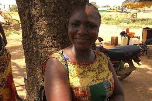 """ESTHER, LA TRABAJADORA SOCIAL QUE DEFIENDE LA EDUCACIÓN PARA LAS NIÑAS    """"Quiero ayudar a otras madres a convertirse en modelos a seguir. Trabajando con estas niñas, encontré mi pasión por el trabajo social.""""   La trabajadora social y madre de dos, Esther Harris, trabaja con madres y niñas para ayudarles a ir a la escuela. Esther ha superado muchos de los retos que la vida le ha impuesto, incluyendo el tener que dejar la escuela por la pobreza. Ahora está ayudando a abrir nuevas puertas a otras madres para no sólo mejorar sus vidas sino para también mejorar las de sus hijos."""