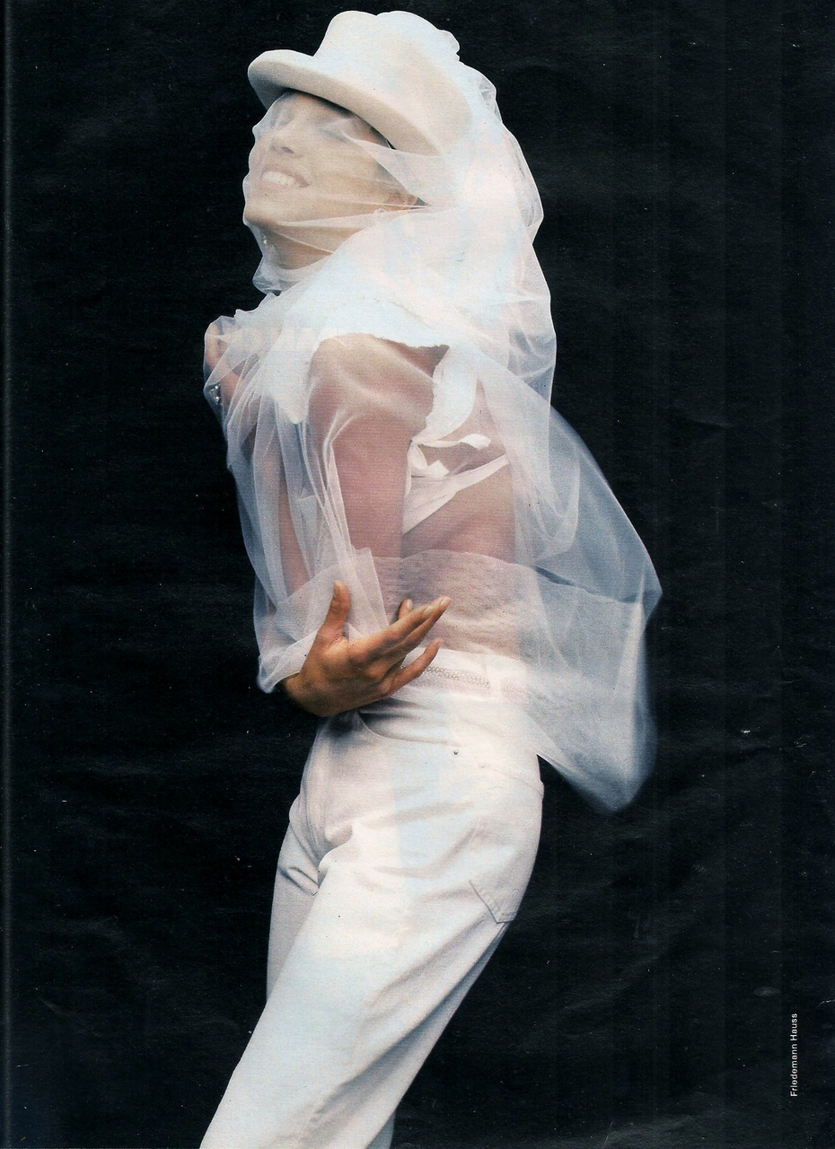 Elle (France) May 1990 | Emma Sjoberg 04.jpg