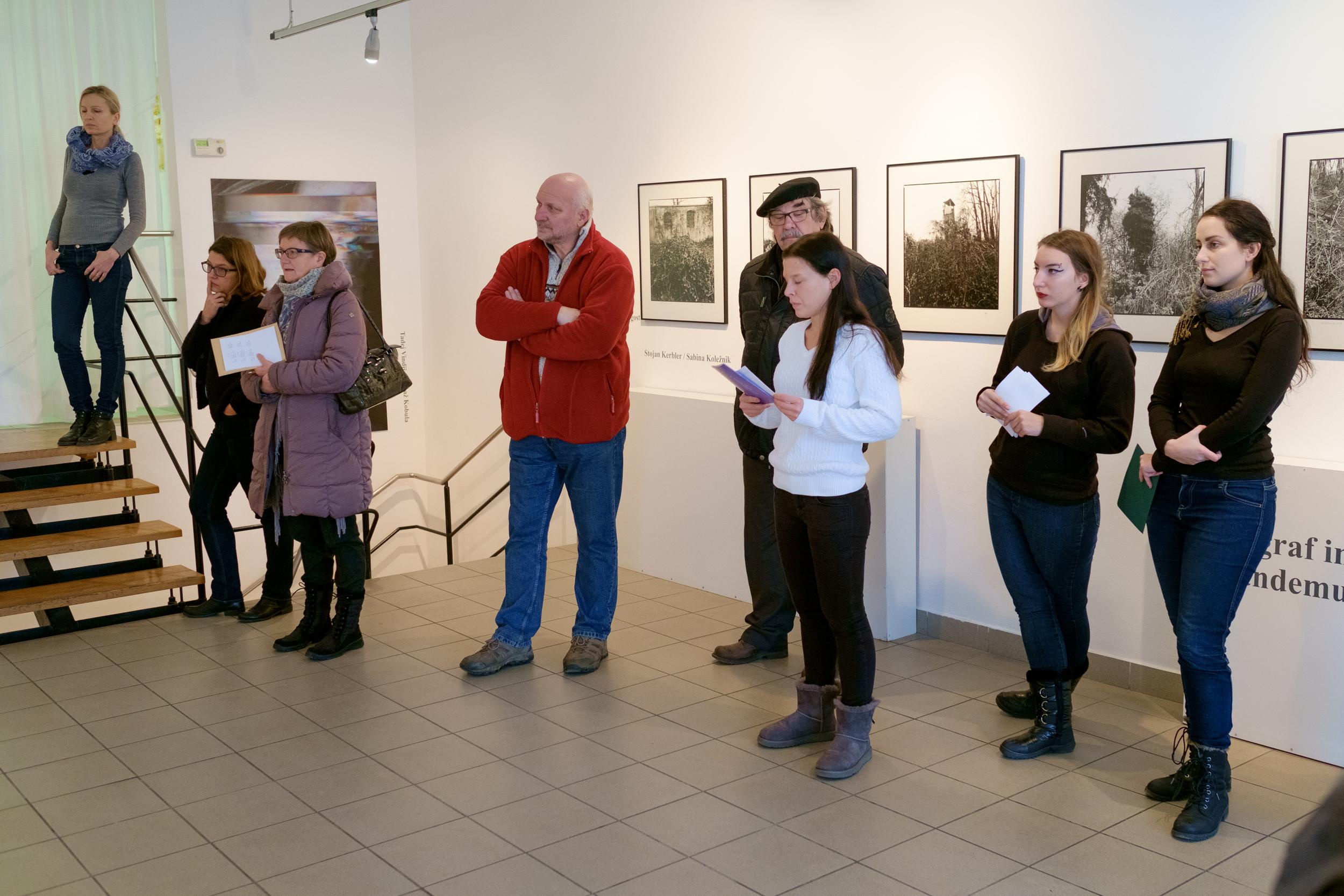 1 vodenje po razstavi fotograf in kustus-MediaNox-Maribor-13.jpg
