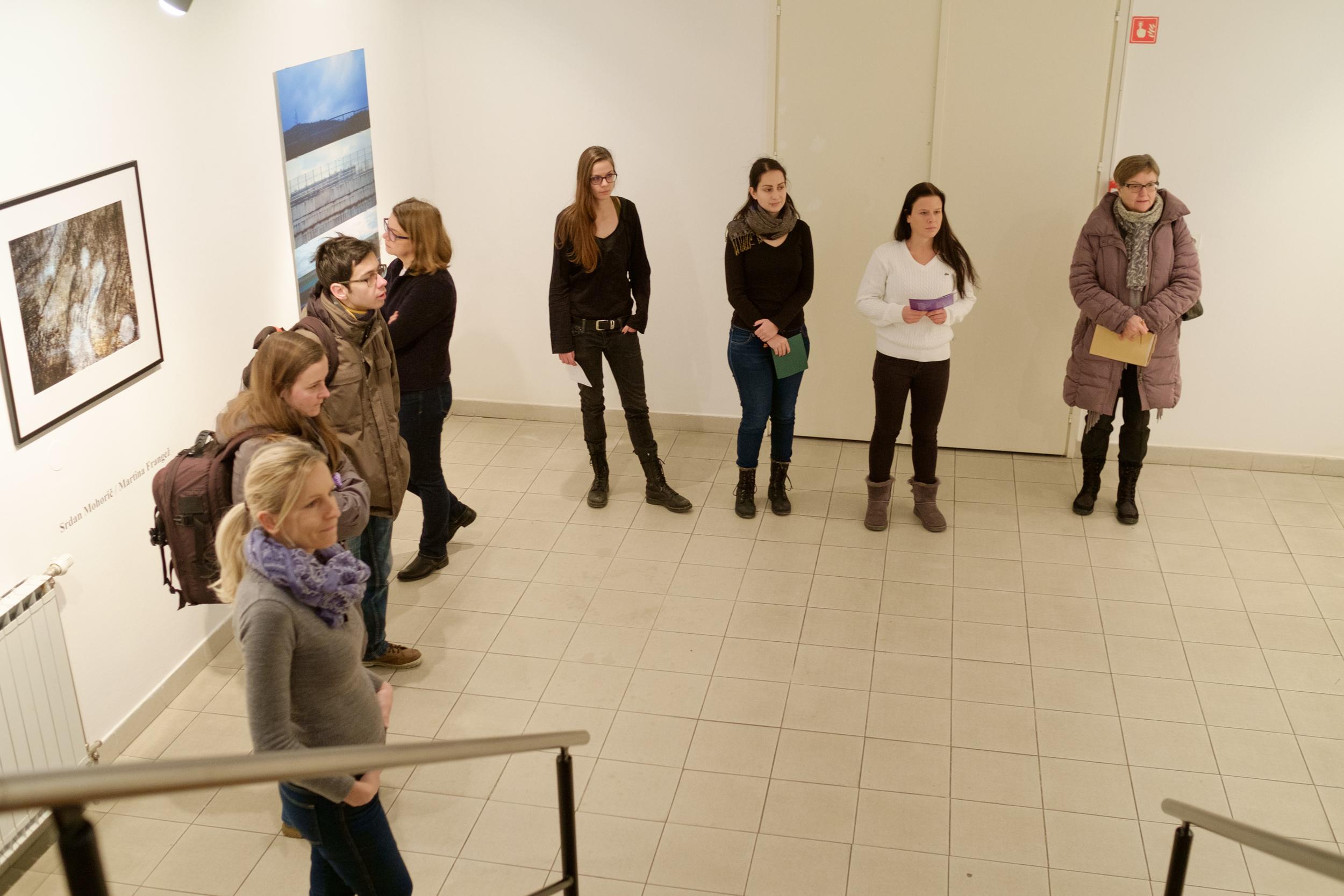 1 vodenje po razstavi fotograf in kustus-MediaNox-Maribor-14.jpg