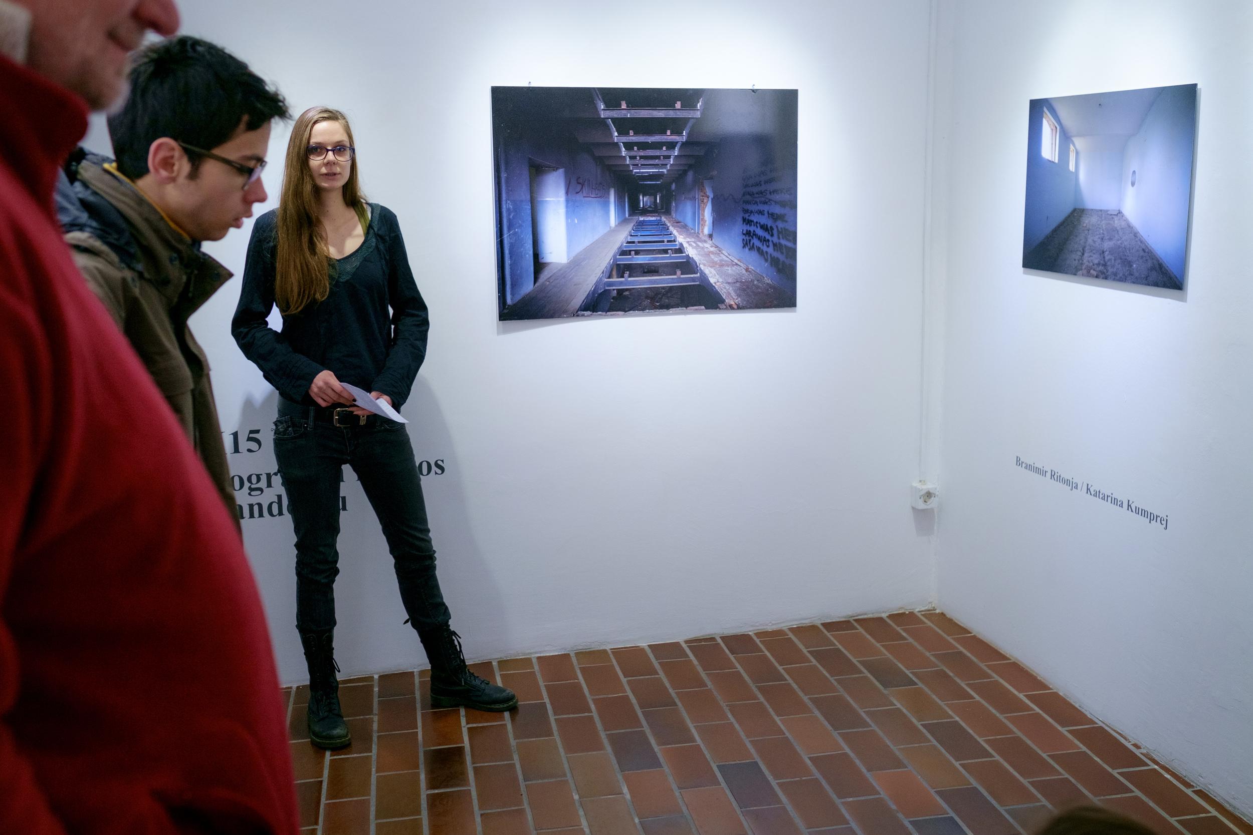 1 vodenje po razstavi fotograf in kustus-MediaNox-Maribor-15.jpg