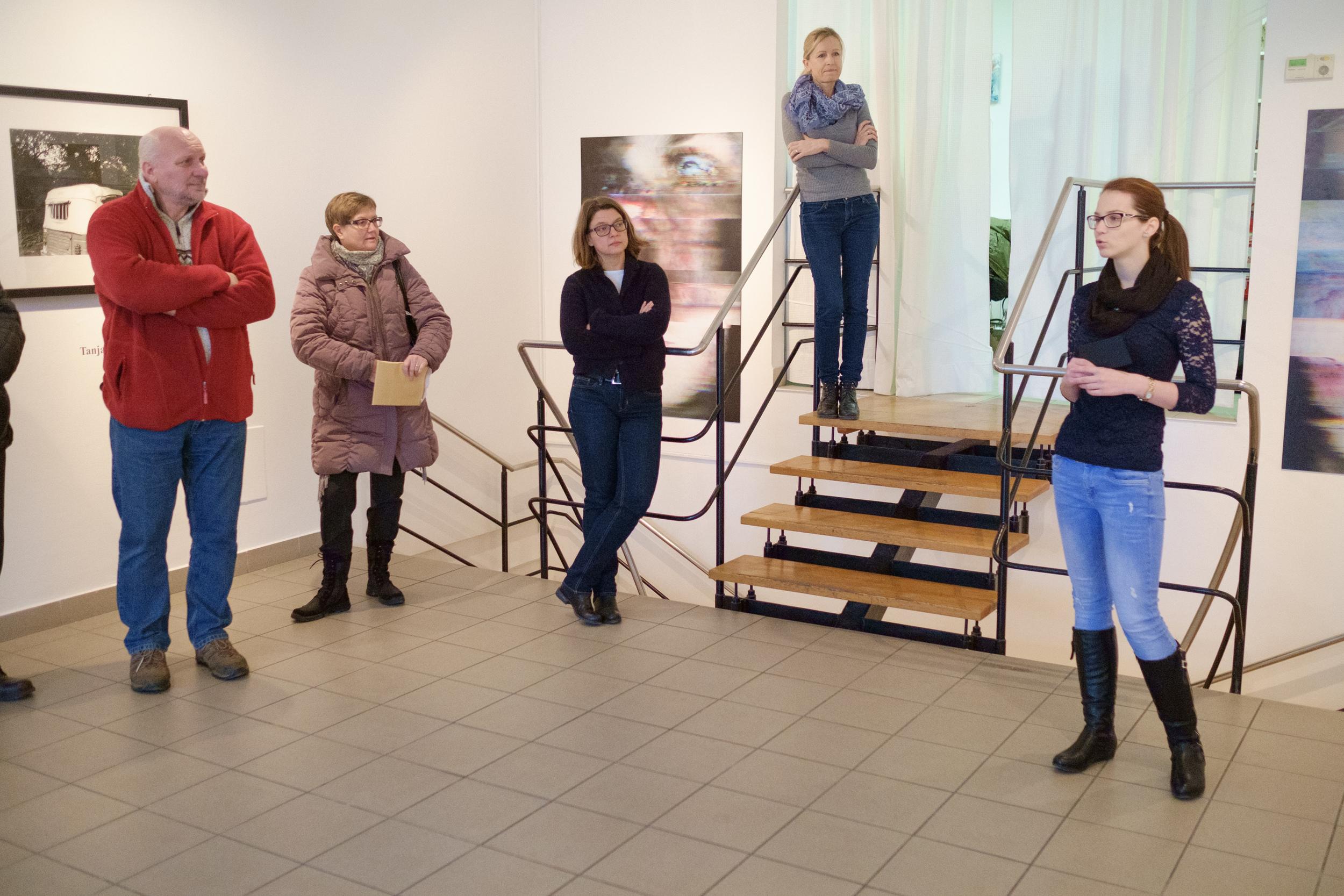 1 vodenje po razstavi fotograf in kustus-MediaNox-Maribor-21.jpg