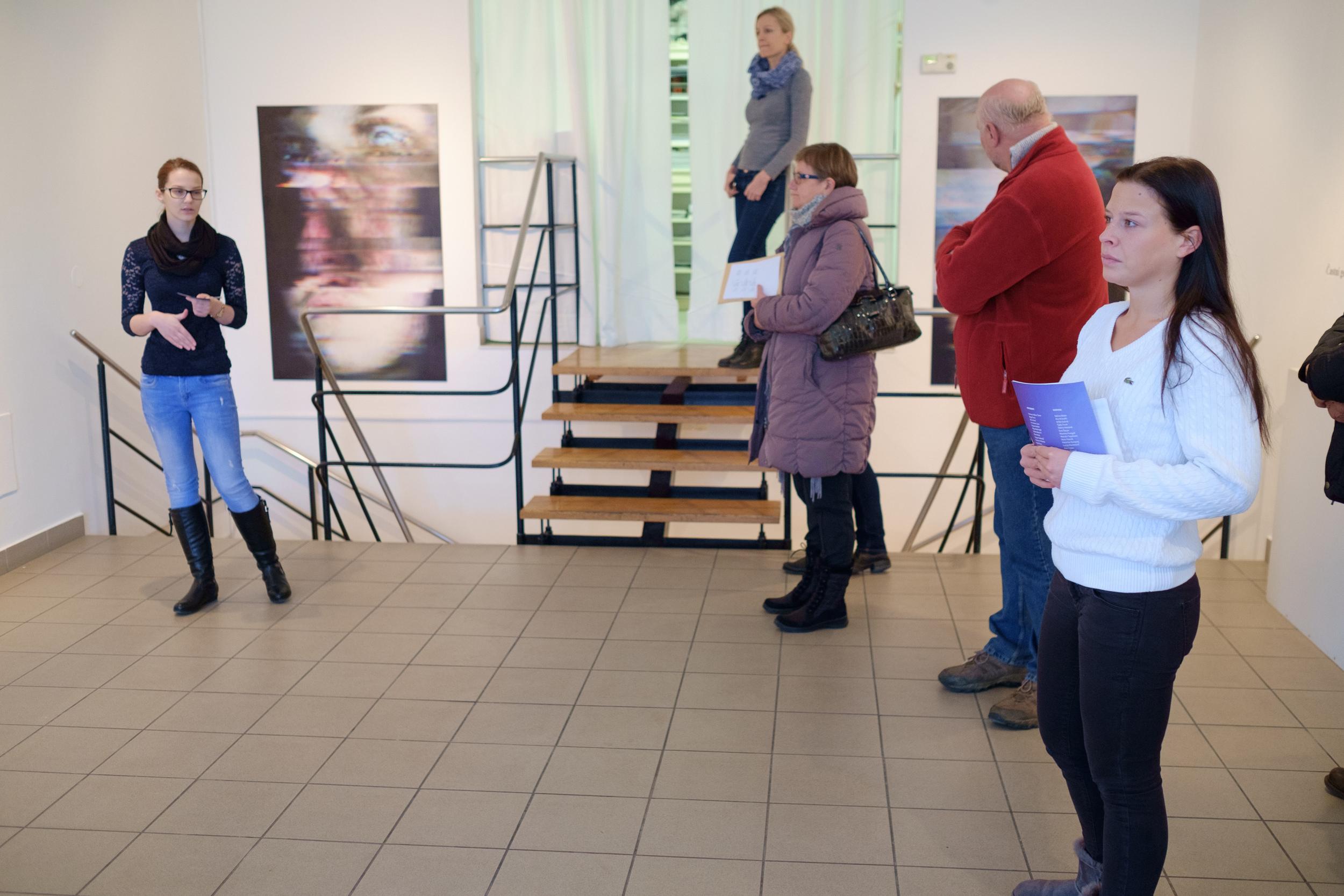 1 vodenje po razstavi fotograf in kustus-MediaNox-Maribor-22.jpg