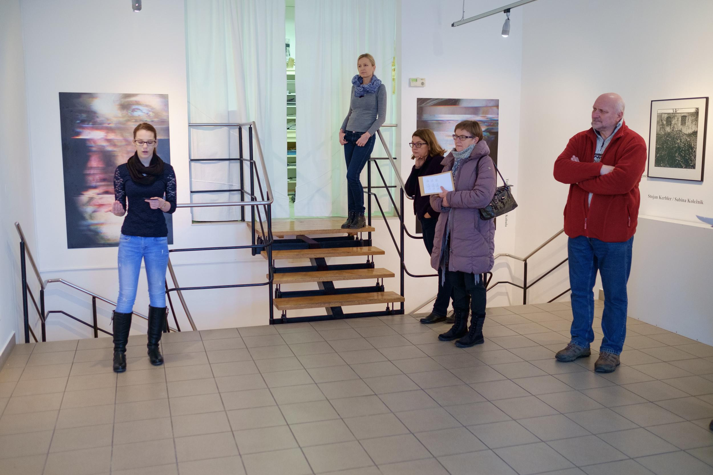 1 vodenje po razstavi fotograf in kustus-MediaNox-Maribor-23.jpg