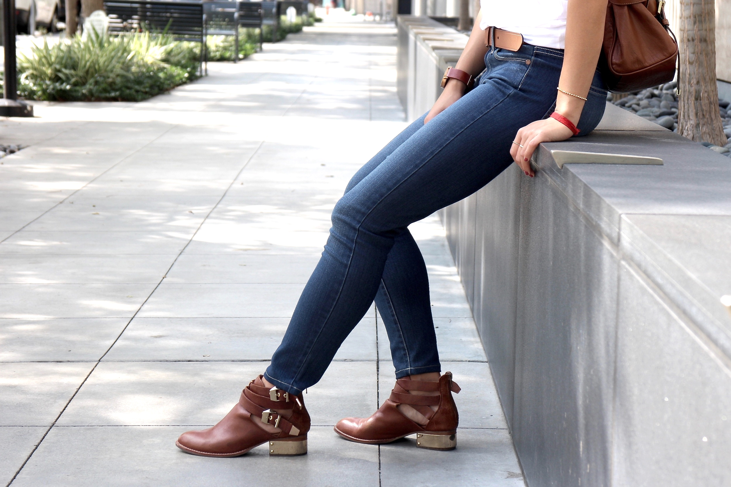 Just Goh With It-Outfit-Everlane-White-T-Shirt-paige-denim-Jeans-jeffrey-campbell-ankle-boots-Mulberry-bag-3.jpg