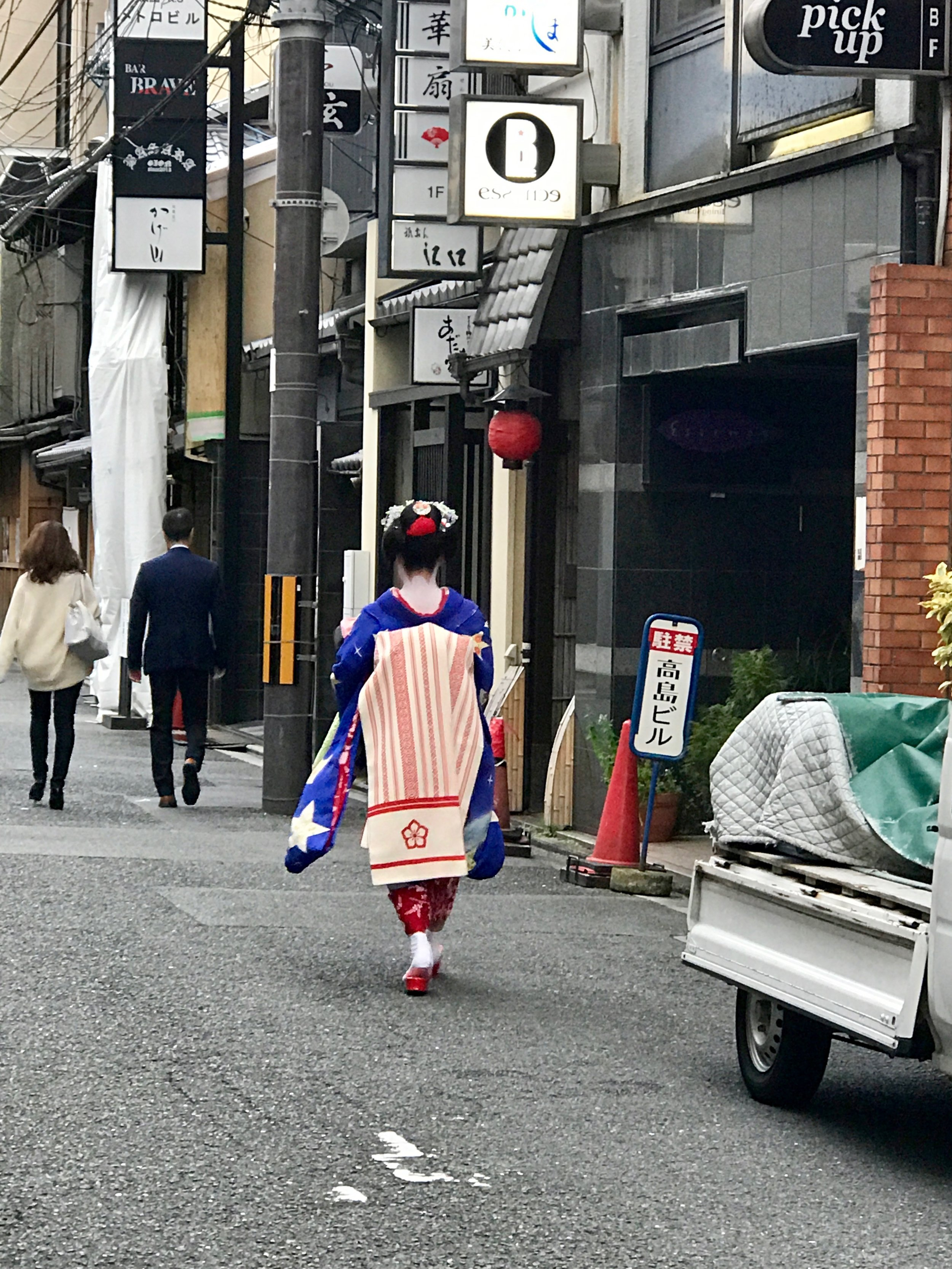 a real life  geisha ! they say there are only a handful of them left in kyoto...