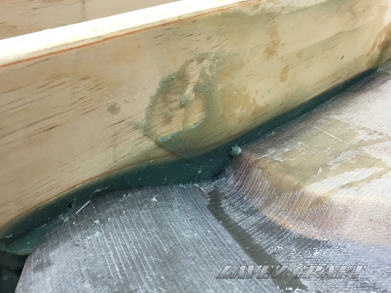Filling the gaps between bottom of the hull and stringers for perfect bondage.