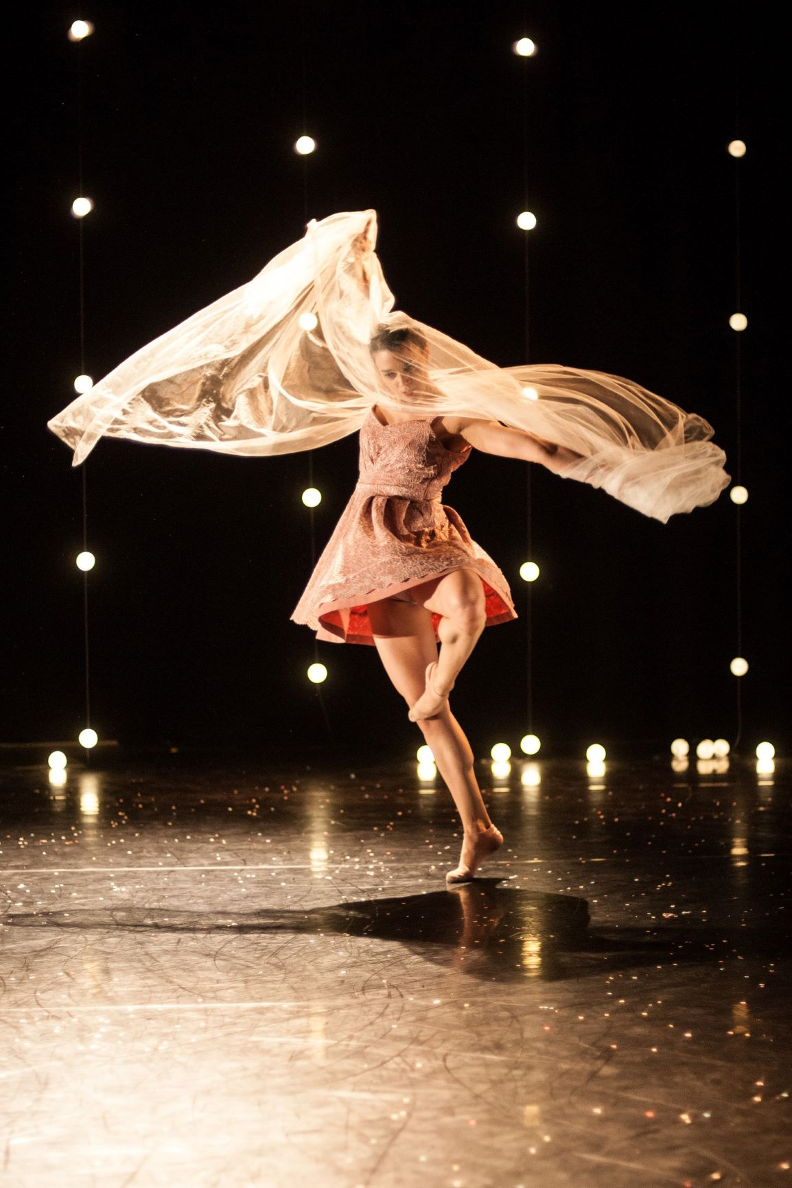 Umanoove in 'The Knot - dancer Sara Harton - photo Chris Nash (2) a low res.jpg