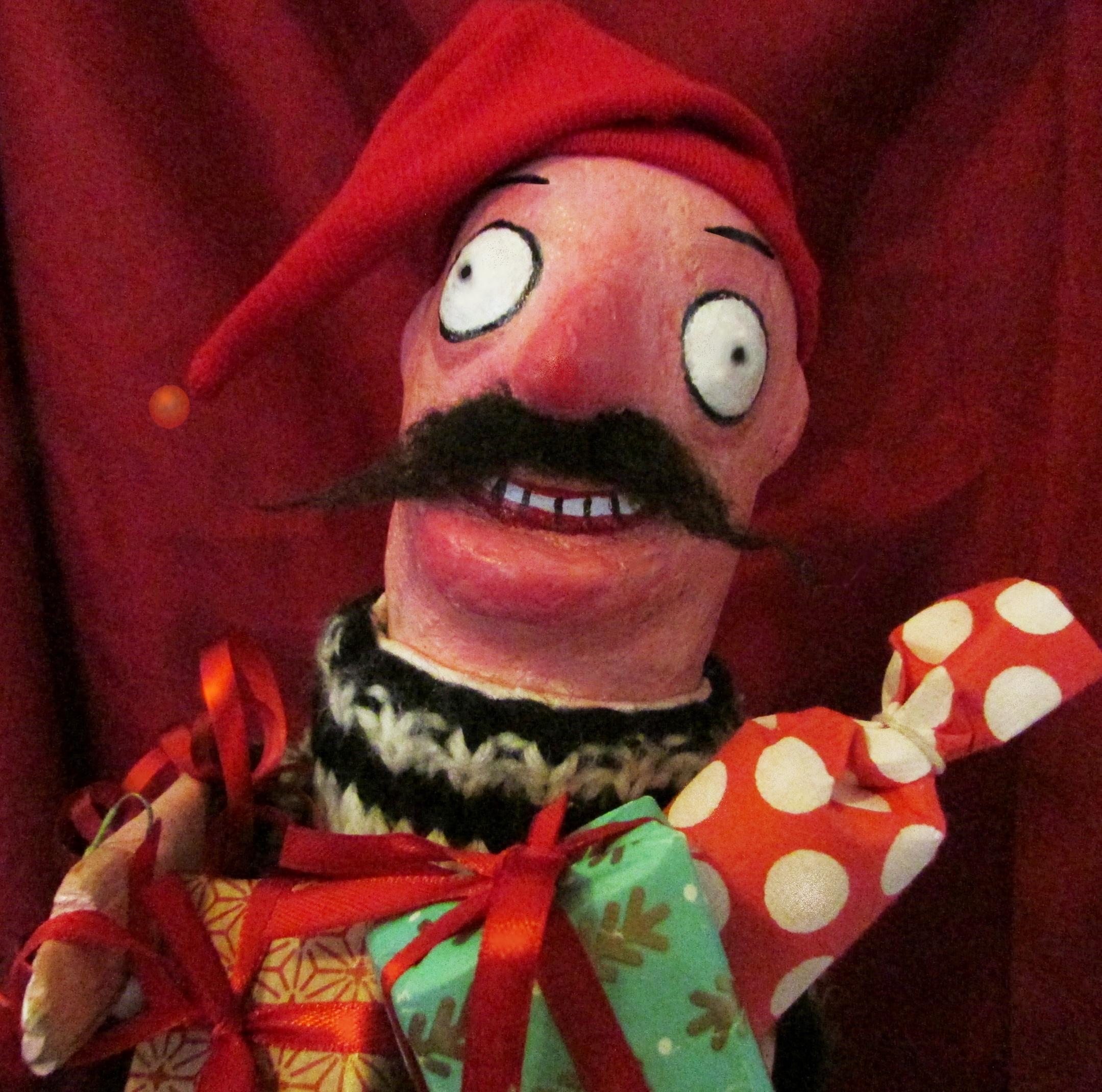 Herra Starkin jouluyllätys - Vauhdikas jouluesitys Circus Stradan tapaan. Herra Stark seurueineen aloittaa jouluvalmistelut, mutta kaikki ei mene aivan suunnitelmien mukaan…Esityskielet suomi: ruotsi, englanti. Sopii myös vain vähän näitä kieliä taitaville sillä esitys on täynnä toimintaa. Ja joulukoristeita!Kaikenikäisille. Esiintymispaikoiksi sopivat yli 230 cm korkeat tilat (olohuoneista jumppasalien kautta teatterinäyttämöihin).