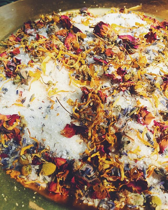 Lavender buds, rose petals, calendula, chamomile... all to grace your bath with this great salt 🛀🏽 🌱 #seedforthebody #bathsoak #bathsalt #petalpower #plantpower #bodyproducts #homemade