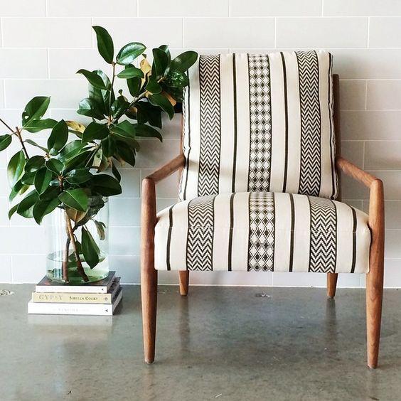 Black & white geometric chair / Source