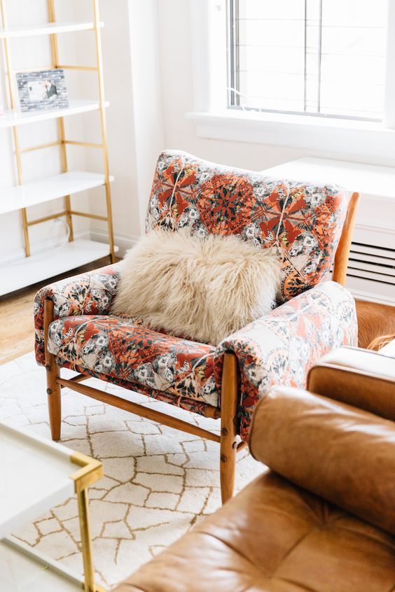 Red geometric patterned chair / Source