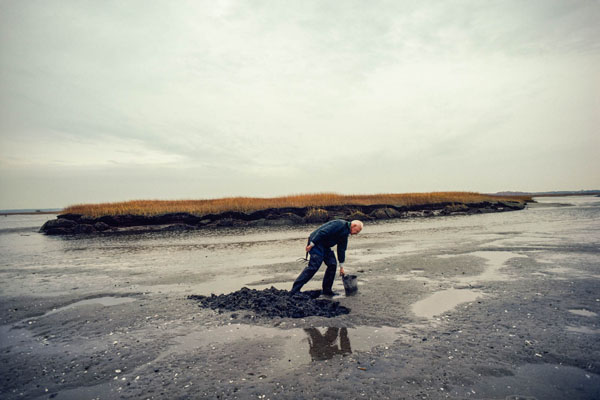 """Franklyn E. Goucher, an Essex, Mass., clammer, digging on a sand flat in 1978, in the coming show """"Kodachrome Memory: Nathan Benn's North Shore, 1978'' at the Cape Ann Museum, Gloucester, Mass., Dec. 27-Feb. 19.This show will display 30 photos taken by Mr. Benn while on assignment by the National Geographic Magazine on the North Shore in 1978. The National Geographic article was entitled ''Harboring Old Ways''."""