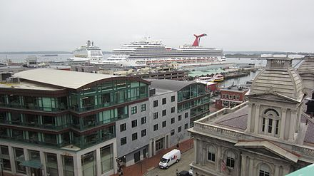 Cruise ships in Portland. Below, Portland art walk (photo by Bd2media