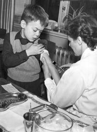 SEKLET-VETENSKAP-50                 Poliovaccineringen inleds i Sverige 1957. Sjukdomen kallades ocks� f�r barnf�rlamning tills den upptr�dde �ven hos vuxna. Den senaste stora epidemin i Sverige var 1953. Bilden visar skolsk�terskan Birgit Rutberg som ympar Nils Birger Linderholm den 1 feb 1957. Foto: Ingemar Berling  Kod: 5/9909  COPYRIGHT PRESSENS BILD