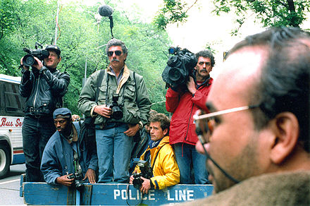 News_photographers_and_reporters_wait_outside_Jacqueline_Kennedy_Onassis'_apartment.jpg