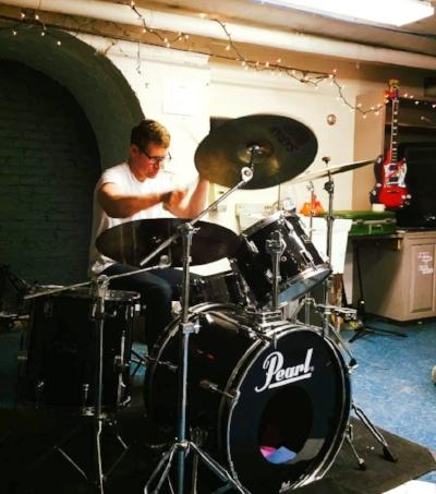 Ian_drumming.jpg