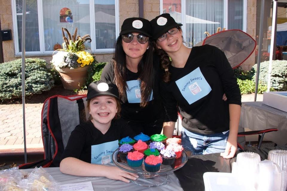 Samantha and her crew with their delicious cupcakes