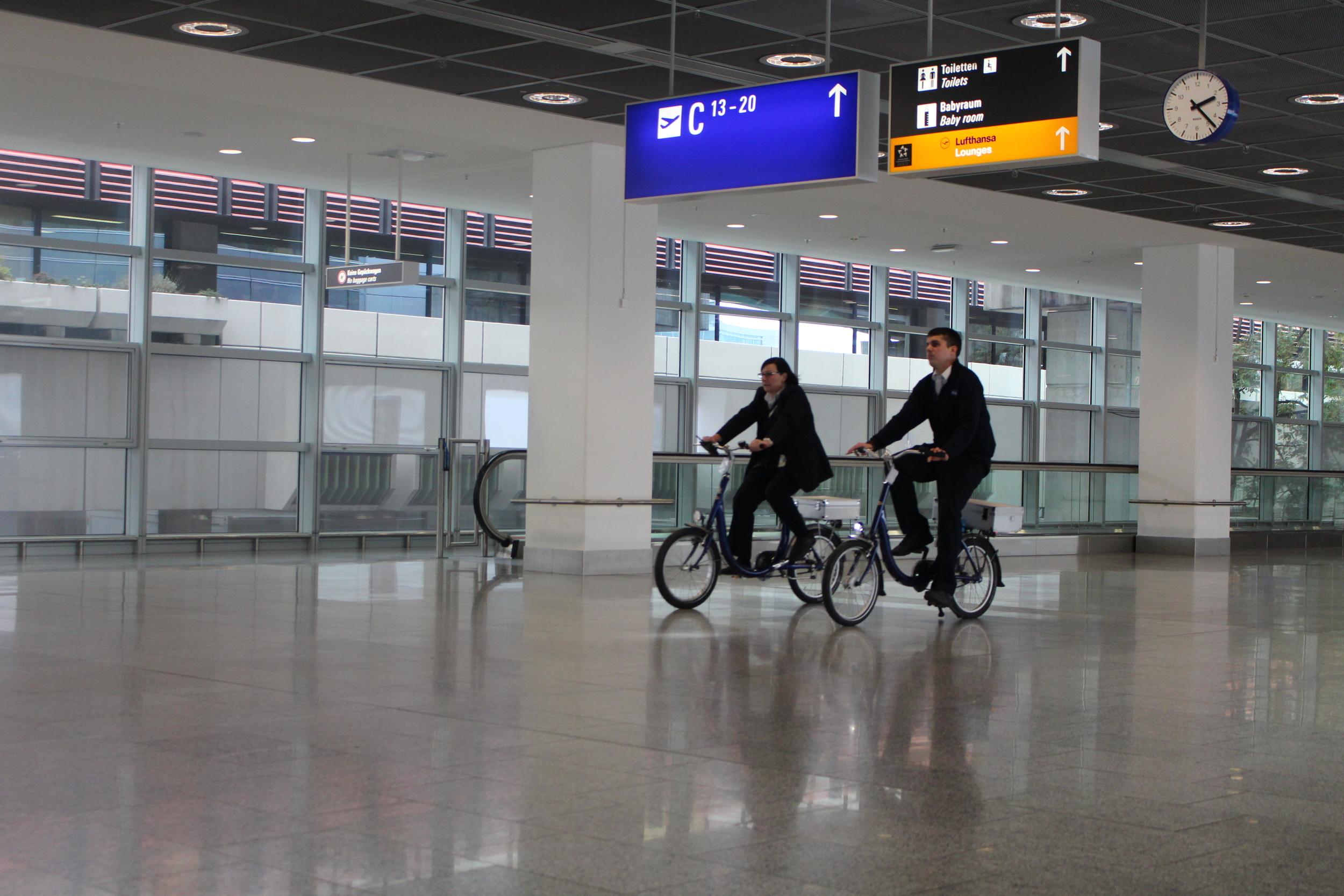 A l'aéroport de Francfort le staff se déplace à vélo!