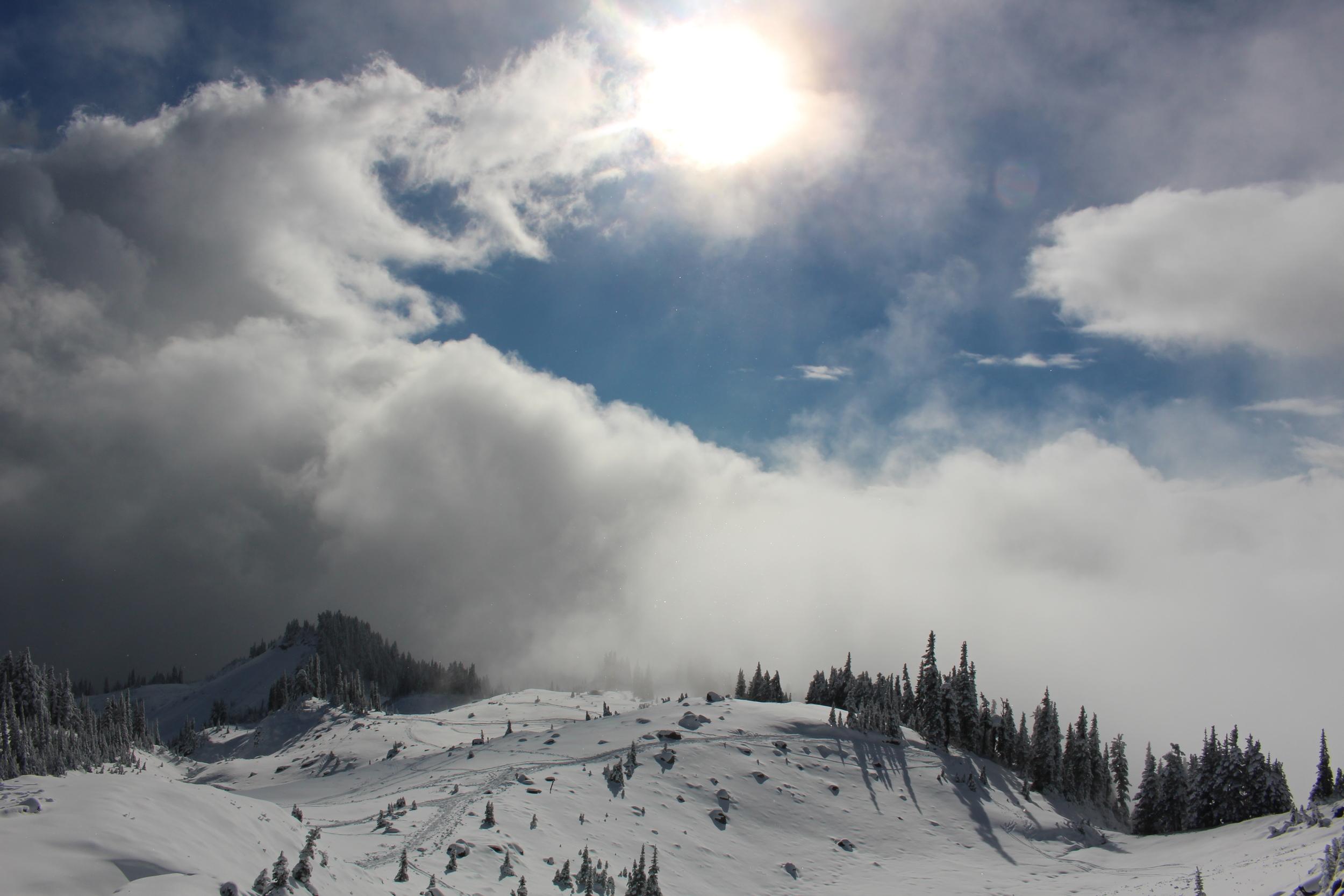 Ensemble on est parti escalader le mont Rainier dans les alentours de Seattle, avec l'espoir d'atteindre les lacs du sommet.. Maillots et serviettes de bain dans le sac, c'est avec surprise que l'on a découvert un paradis hivernal! S'est ensuivi une marche folle et magique dans la neige au milieu des skieurs.