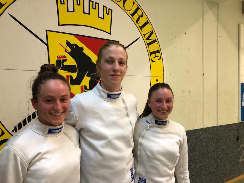 Sie sind bereit für Foggia: Angeline Favre (links), Jonathan Fuhrimann und Aurore Favre vom Fechtclub Bern. (Foto: Claudia Fahlbusch)