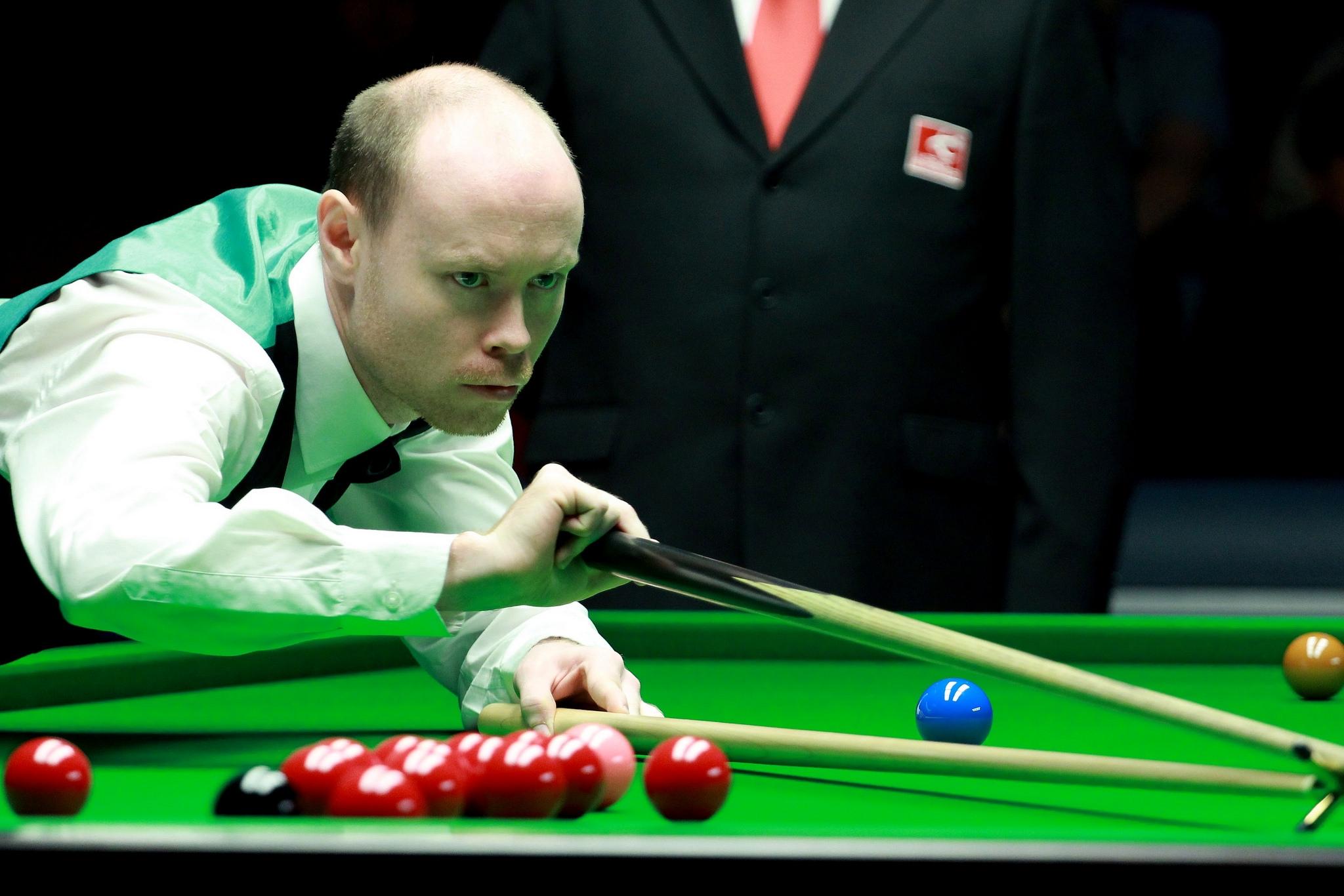 GARY WILSON - Joueur professionnel de Snooker en 2004 à l'âge de 19 ans. Il a conservé ce titre pendant deux ans mais est retombé amateur par la suite. Toutefois, c'est depuis 2013 que l'on souligne son parcours professionnel grandissant en se qualifiant pour la finale du China Open 2015, défaite 10-2 contre Mark Selby.Pour l'année 2017, Wilson se classe 32e au monde avec en poche 2 parties de 147 points, dont une lors des qualification au Championnat du Monde. Il a malheureusement succombé à son attaquant Ronnie O'Sullivanpar la marque de 10 à 7.