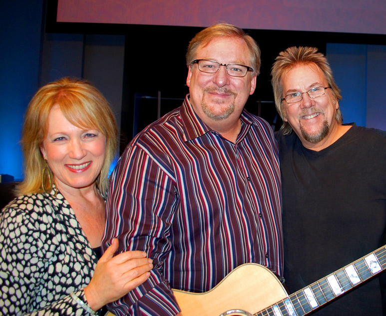 Rick-&-Kay-Warren-David-&-Stacey-Pack-Gift-of-Taylor-Custom-guitar-WEB.jpg
