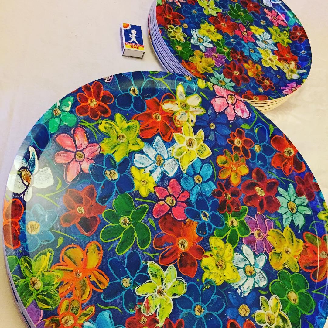 Brickan Celebrate finns i måtten 45 resp 31 cm diameter. Pris: 390 kr resp 320 kr + ev frakt. Vid större beställning, be om pris.
