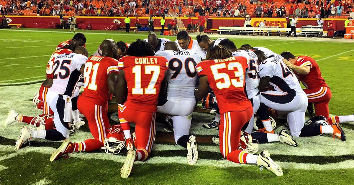 denver broncos praying .jpg