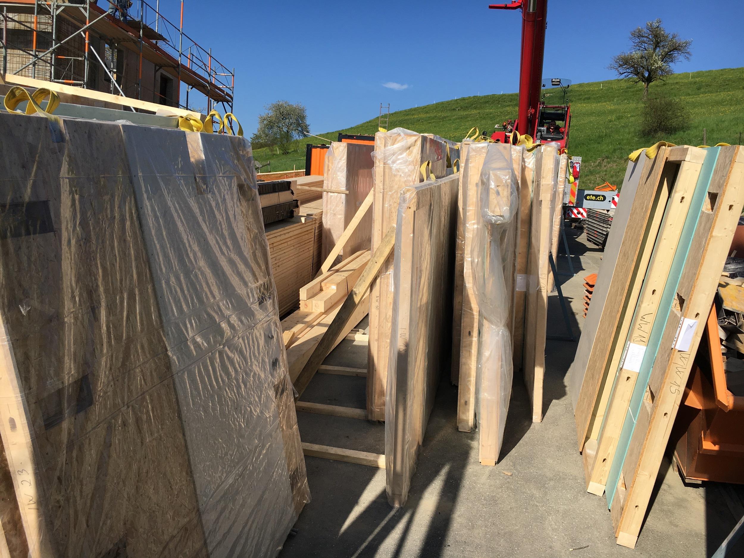 Angelieferte und vorgefertigte Wand- Decken- und Dachelemente.