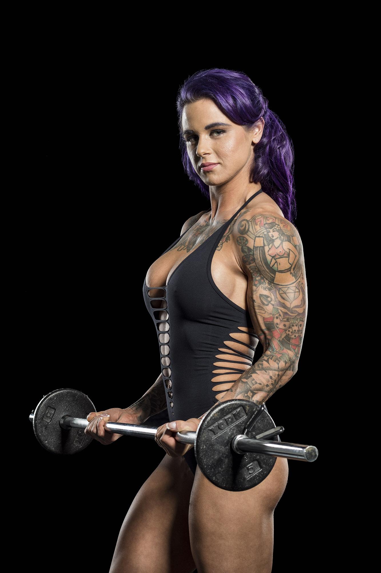 female-bodybuilder-arm-curl