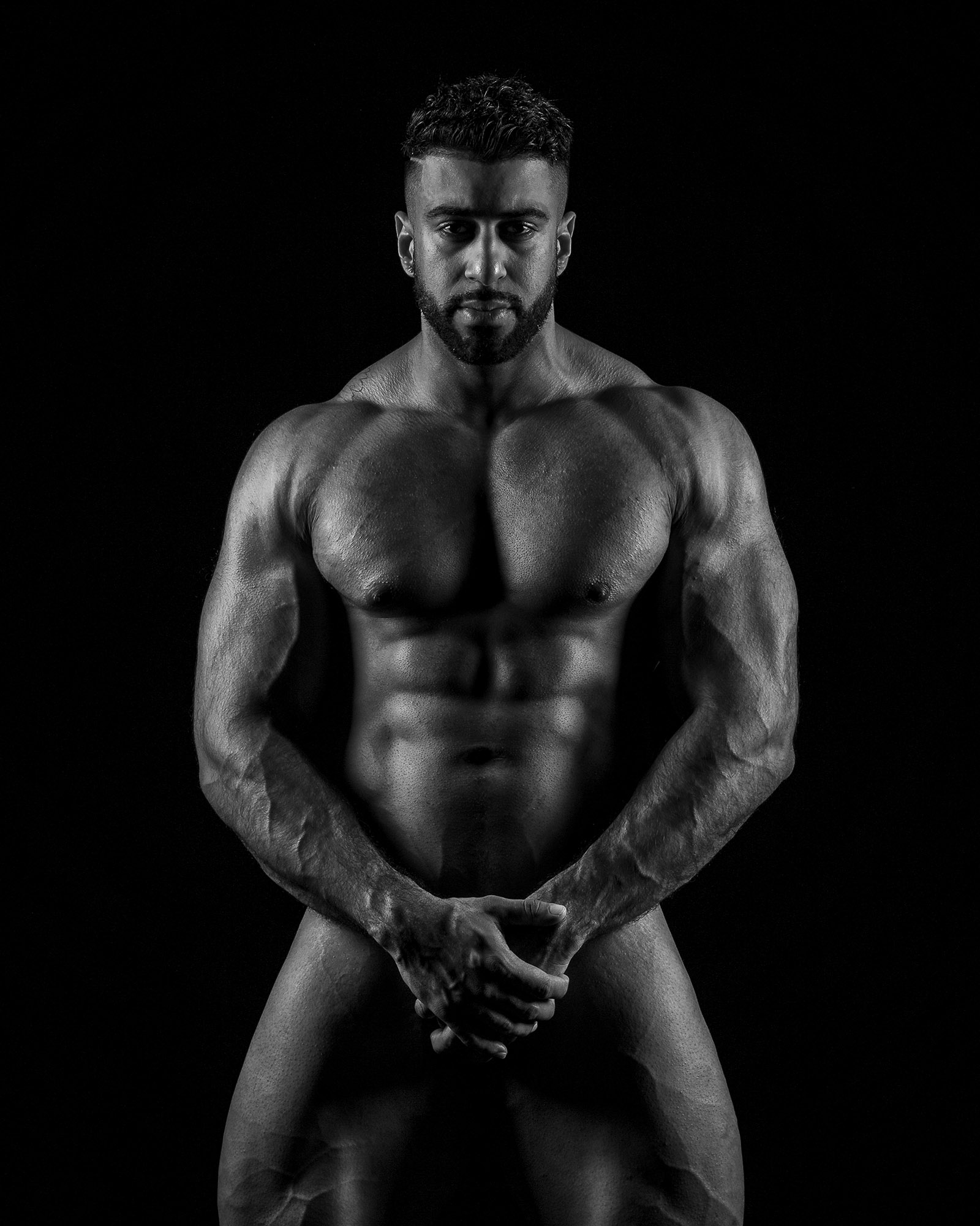 Using side light to highlight the physique.