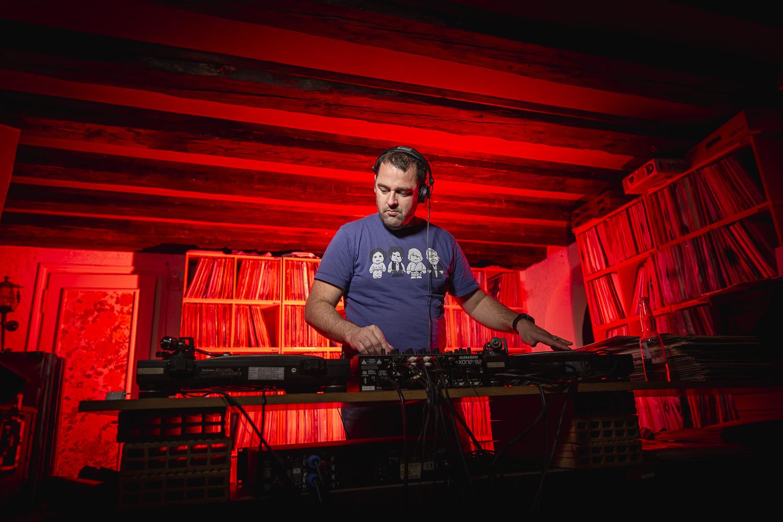 DJ qui mixe sur platines vinyles