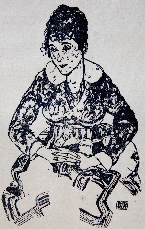 """Egon Schiele - Egon Schiele nasce nel 1890 a Tulln, una piccola città vicino Vienna.Nel 1907, Schiele incontrò Gustav Klimt, sensibile alla scoperta di giovani talenti, che lo prese sotto le sue ali. Nel 1909 Klimt invitò Schiele a mostrare alcuni dei suoi lavori al Kunstschau di Vienna, dove conobbe le opere di Edvard Munch, Jan Toorop e Vincent van Gogh. Fondamentale per l'evoluzione del suo personalissimo linguaggio fu l'abbandono dell'accademia e l'adesione con A. Faistauer alla Neukunstgruppe. Una volta liberatosi dai vincoli delle convenzioni dell'Accademia, Schiele cominciò a esplorare la figura umana e la sessualità, elaborando una personale linea figurativa, sciolta ed essenziale, la cui cifra stilistica è costituita da una secondarietà del colore rispetto al nero, dalle forme spezzate e da una acuta indagine sul corpo umano come approdo ai paesaggi interiori della psiche. Pur aderendo alle regole formali della secessione viennese, trovò nella linea marcata e violenta, l'ossatura di composizioni rigorose e allo stesso tempo di grande libertà formale ed espressiva.Nel 1912, Schiele fu arrestato per aver sedotto una ragazza minorenne. Trascorse 24 giorni in carcere e qui realizzò una serie di 12 dipinti ritraenti l'angoscia della vita del carcere.Nel 1918 partecipò alla 49esima mostra della Secessione a Vienna. Espose in totale 50 opere e disegnò un manifesto per la mostra rievocando """"L'ultima cena"""" con un'immagine di se stesso al posto di Cristo.Il carattere sessuale del suo lavoro, fortemente criticato durante il suo tempo, fu definito volgare e grottesco. Oggi rappresenta l'aspetto distintivo dei suoi capolavori. Un presentimento di morte, una sessualità disinvolta, demistificante, percorrono i numerosi disegni ed acquerelli.Nel 1918, la moglie di Schiele, Edith, incinta di sei mesi, morì a causa dell'influenza """"spagnola"""", che aveva già ucciso 20 milioni di persone in Europa. Egon Schiele morì tre giorni dopo all'età di 28 anni."""