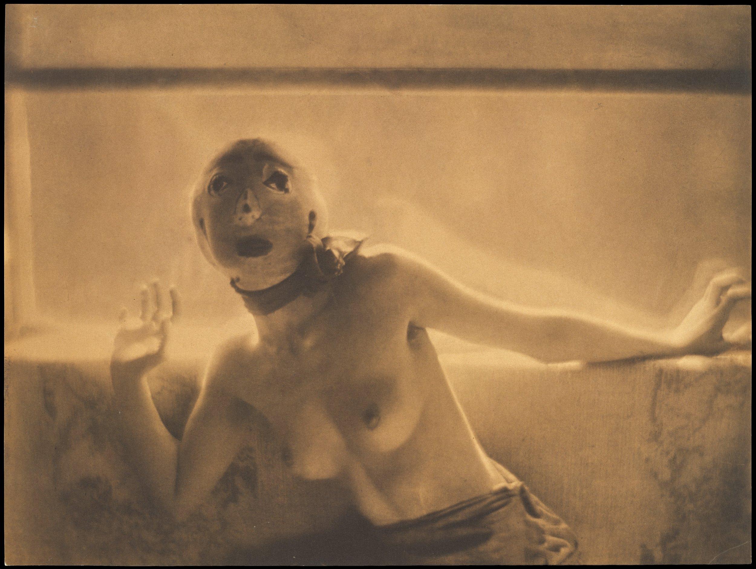 Adolph de Meyer (1868, Parigi) - Il Barone de Meyer, fotografo famoso per i suoi eleganti ritratti realizzati dall'inizio del XX secolo, aveva l'abitudine di romanzare le sue informazioni biografiche, inventando di volta in volta storie avventurose. Fu il primo fotografo di moda ufficiale per la rivista americana Vogue, nominato nel 1913. Tra il 1903 e il 1907 il suo lavoro fu pubblicato nel famoso periodico d'avanguardia