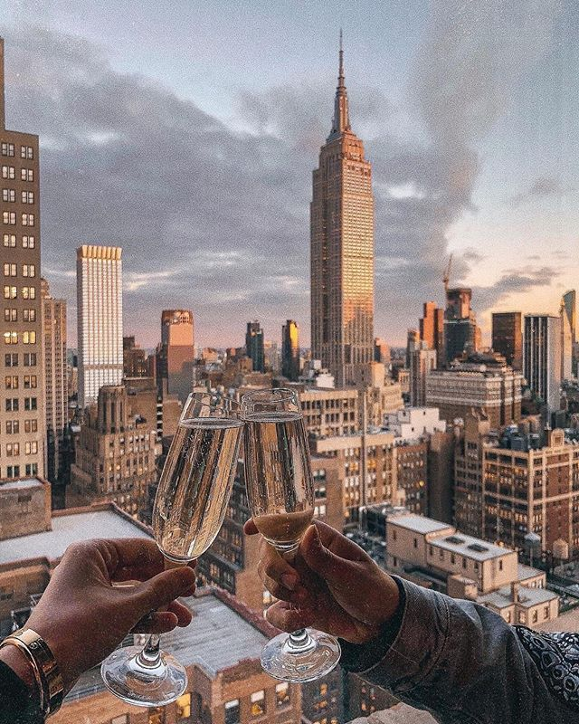 It's happy hour o'clock! 🍷 - Photo by @andretamburrini . . . #thompsonhousegroup #thompsonsquarestudios #soho #sohonyc #coworkingspace #coworkingnyc #elevated #workspace #happyhournyc #eventplanning #luxuryeventspace #community #officegoals #elevated #luxury #luxurylifestyle #luxuryevents #private #membersclub #membersonly #prettycitynewyork #seeyourcity #nycgo #timeoutnewyork #sohonyc