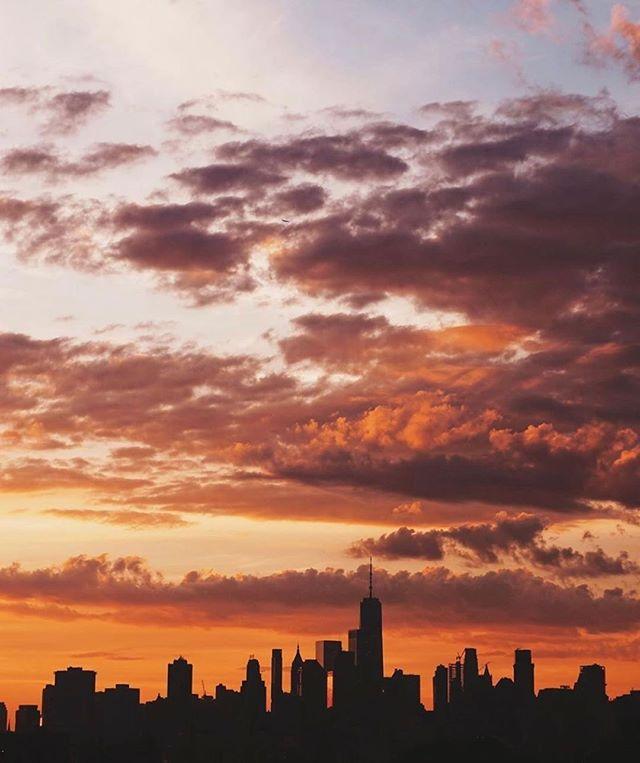 Stunning sunset over New York city. 📷by @sofiacorelli . . . #thompsonhousegroup #thompsonsquarestudios #soho #sohonyc #coworkingspace #coworkingnyc #elevated #workspace #happyhournyc #eventplanning #luxuryeventspace #community #officegoals #elevated #luxury #luxurylifestyle #luxuryevents #private #membersclub #membersonly #prettycitynewyork #seeyourcity #nycgo #timeoutnewyork #sohonyc