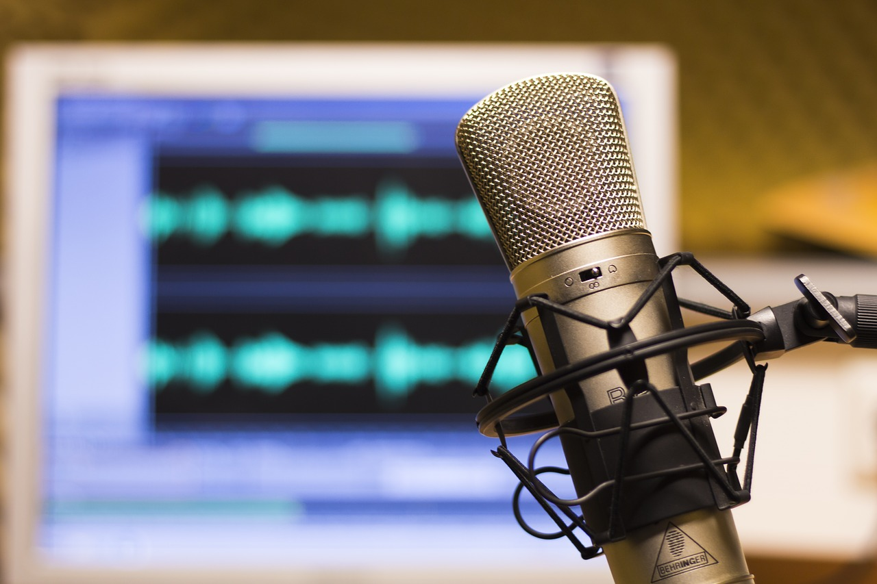 Microphone with onscreen podcasting audio track